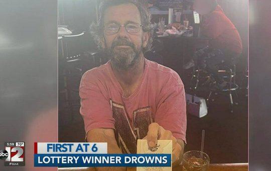 Encuentran a un hombre muerto con un billete de lotería ganador